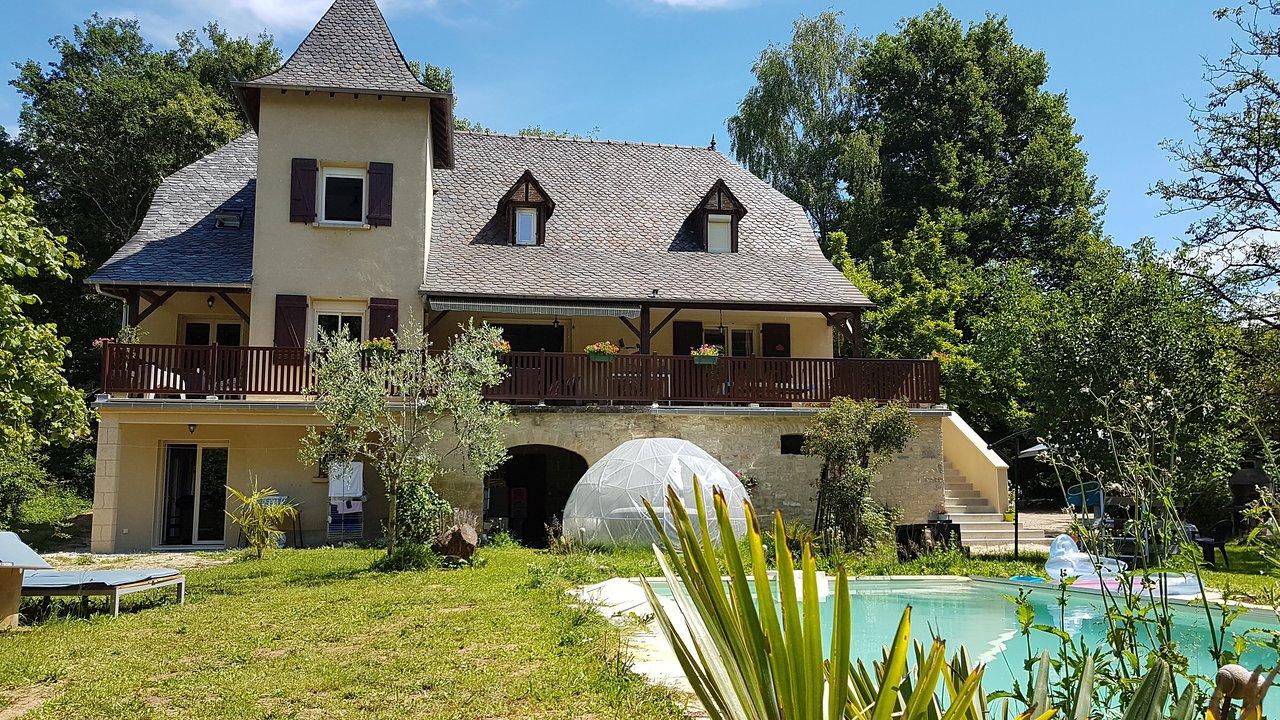 Fred et Jules vous accueillent dans leur maison de 200 m² avec un jardin arboré en Corrèze.
